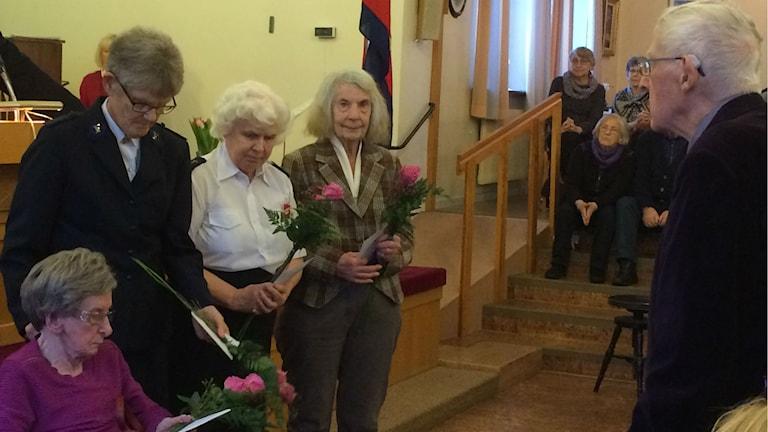 Fem av kårens soldater fanns på plats och fick blommor. Foto: Karin Malmsten/Sveriges Radio.