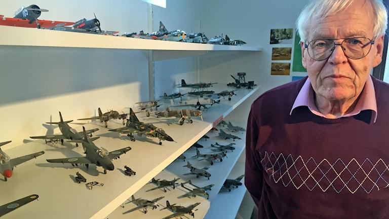 Ingemar Danielsson med modellflygplan. Foto: Håkan Eng/Sveriges Radio