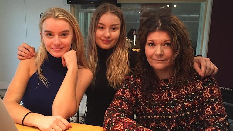 Eleverna Lovisa Andersson och Maja Hansson med läraren Mia Jönsson. Foto: Toni Galic/Sveriges Radio