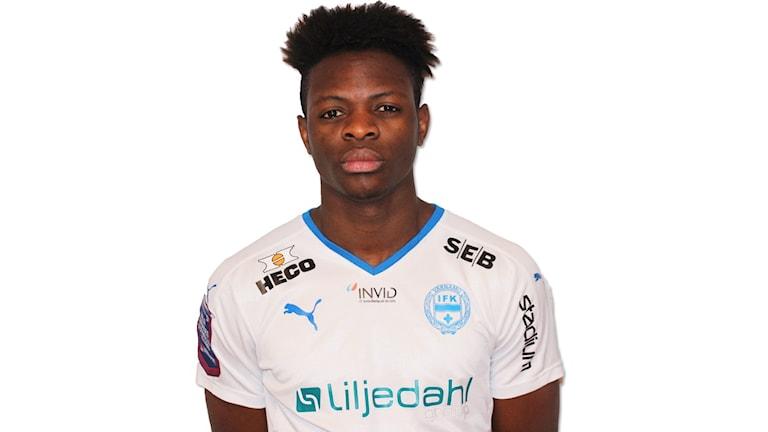 20-årige Yves Nkuru kommer från Smålandsstenars Goif där han spelat under fyra säsonger i A-truppen