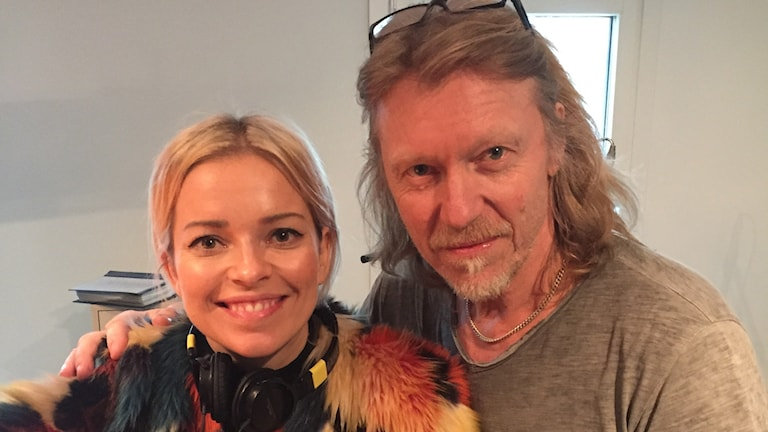 Petra Marklund på besök hos Hasse Pettersson. Foto: Toni Galic/Sveriges Radio