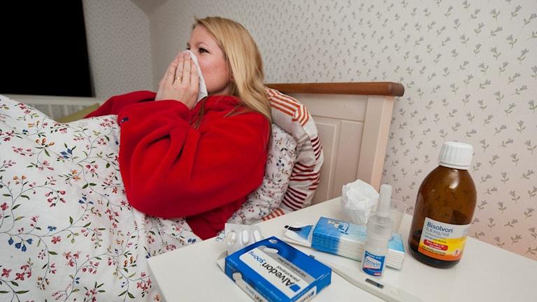 Kvinna med influensa. Foto: Jonas Ekströmer/TT