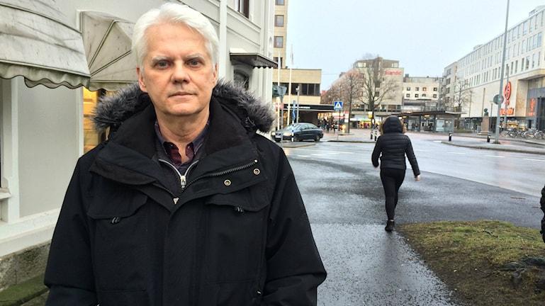 Thomas Adelöv som är trafikutvecklare för Länstrafiken står utomhus strax framför Juneporten.