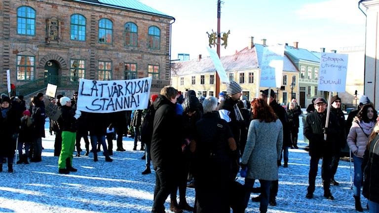 Personer manifesterar på Hovrättstorget i Jönköping mot Migrationsverkets beslut.