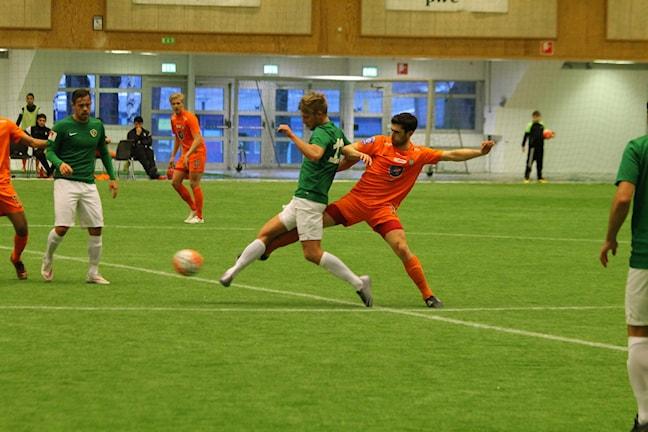 J-Södras Jesper Svensson i duell med AFC:s Isa Demir