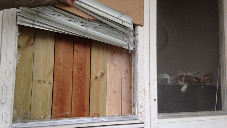 Ett trasigt fönster i det förfallna flerfamiljshuset