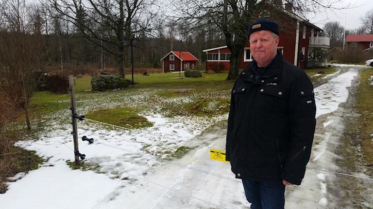 Per-Olof Abrahamsson framför elstängslet runt sin gård.