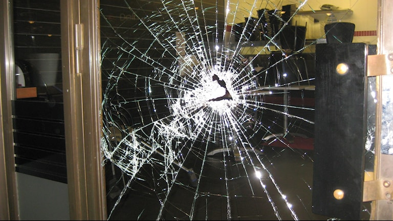Bild på en krossad ruta på en restaurang i Jönköping.