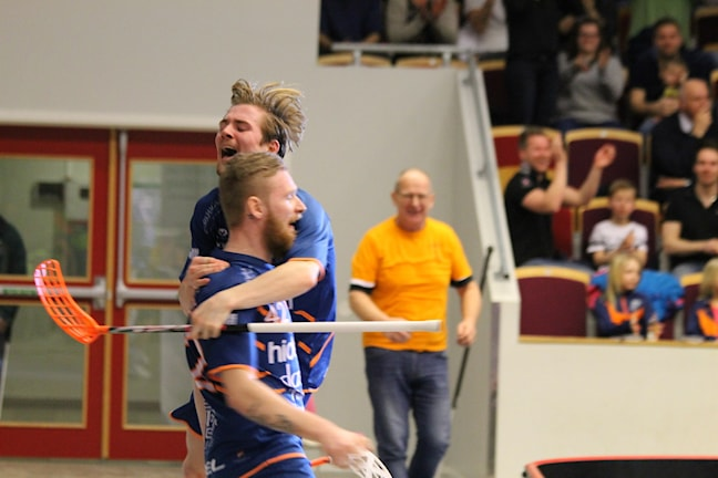Arvid Wibring Lindqvist och Kim Ganevik firar efter 4-0 målet