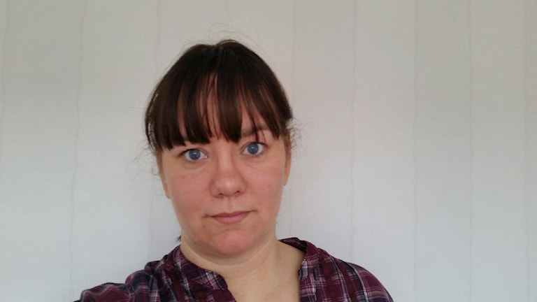 Martina Jansson är socialdemokrat och nämndledamot i Region Jönköpings län. Hon tittar rakt in i kameran och har på sig en rötrutig skjorta.