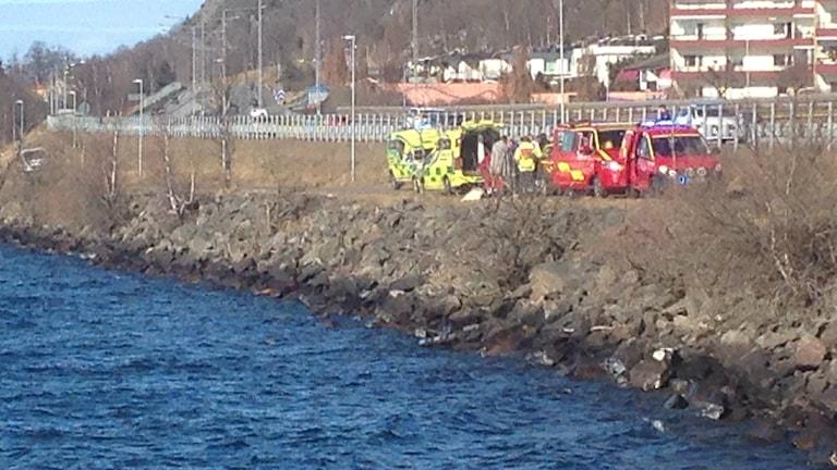 Räddningspersonal arbetar vid småbåtshamnen.
