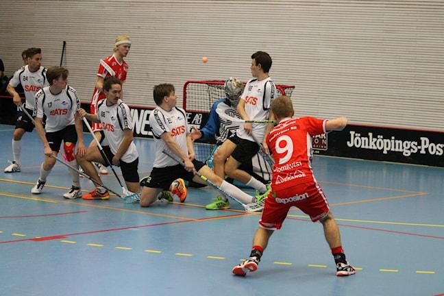 JIK:s Hannes Blomkvist med ett skottförsök i matchen mot Lindås.