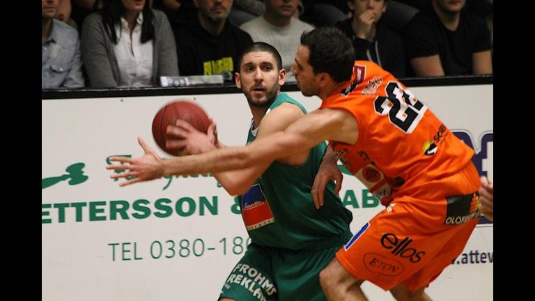 Nässjös Filip Djuran försöker finta Tni Vitali i Borås.