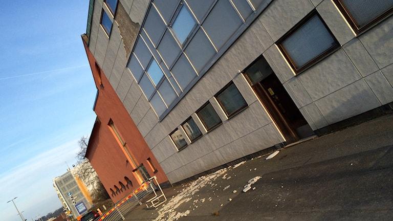 En del av dom stora gråa plattor som sitter på en huskropp till länsmuseet i Jönköping har rasat.