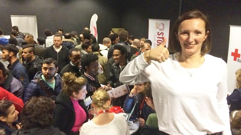 Mariana Morosanu, initiativtagare till jobb- och praktikmässan i Jönköping, gör tummen upp.