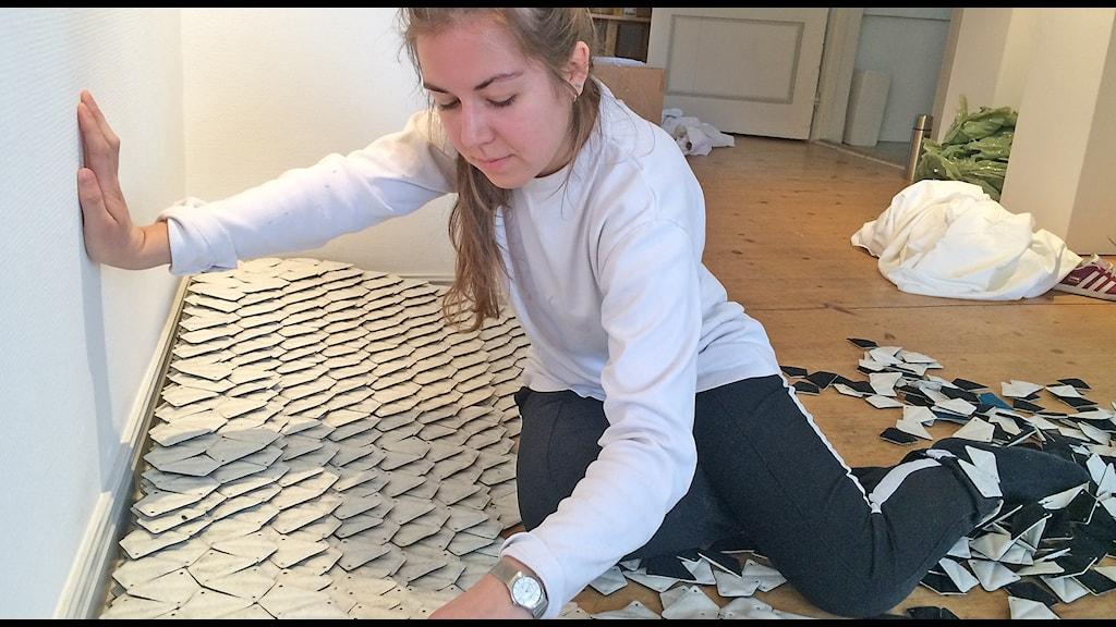 """Anne Lindgaard Möller vid sin installation till utställningen """"Vi gör konst på den här platsen""""."""