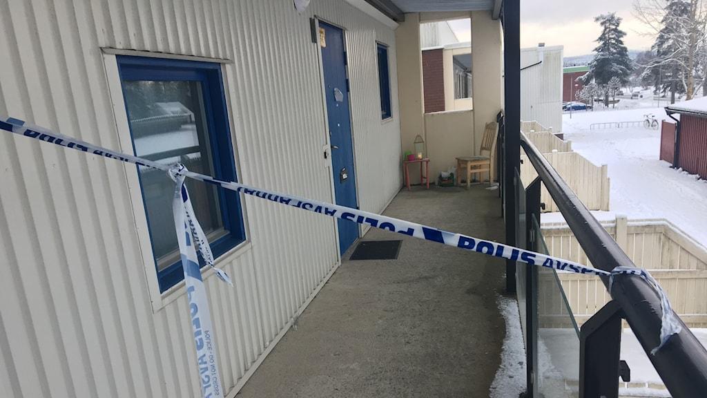 Avspärrning i loftgång på mordplatsen i Vetlanda. Foto: Oskar Mattisson/Sveriges Radio.