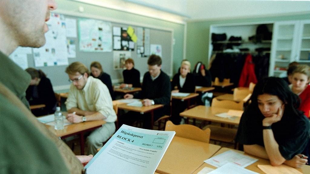 Provvakt och högskoleprovsdeltagare. Foto: Tobias Röstlund/TT.