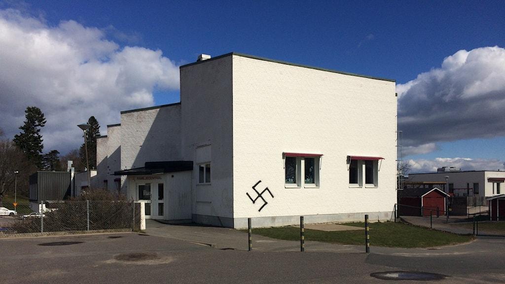 Hakkors på Dalviksskolan i Jönköping. Foto: Tommy Alexandersson/Sveriges Radio.