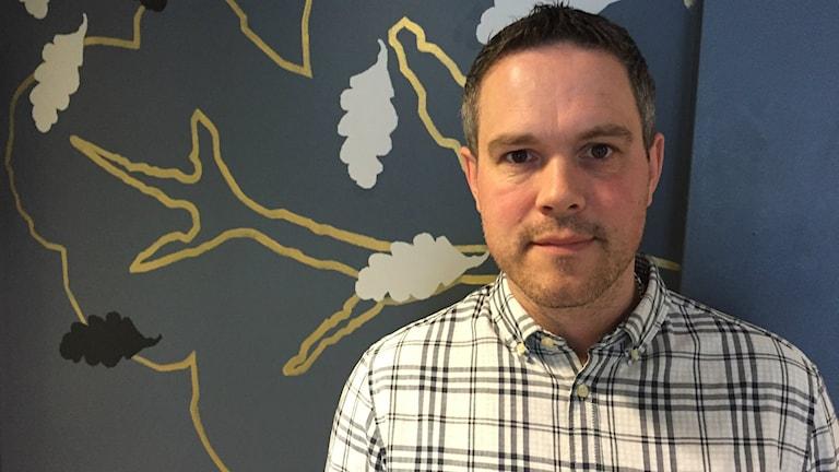 Roger Olsson som är gruppchef på polisens ungdomsgrupp i jönköping har på sig en rutig skjorta och tittar in i kameran.