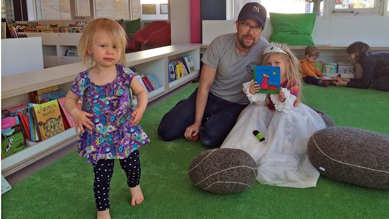 Tobias Israelsson med döttrarna Dahlia, 1, och Malva 4 år