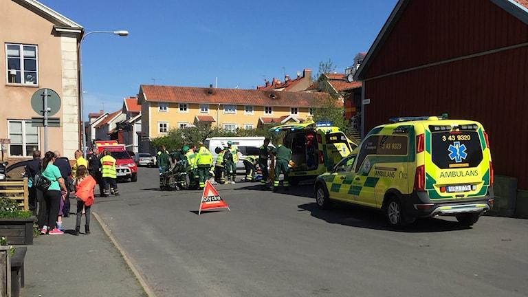 Abulanser tar omhand de skadade. Foto: Kjell Ahlkvist/Sveriges Radio.