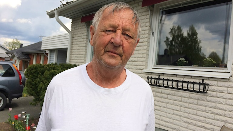 Jan-Åke Hellqvist som är friskvårdsansvarig på PRO i Habo har på sig en vit T-shirt och tittar in i kameran.