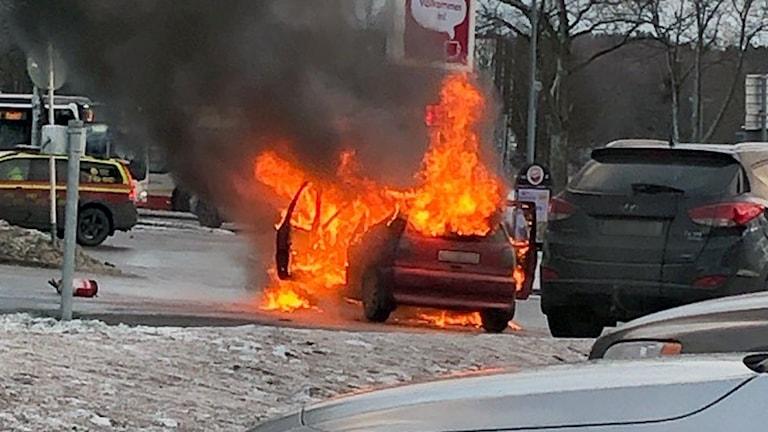 Röd bil brinner.