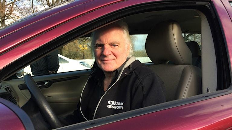 Clarence Engborg sitter i en bil.