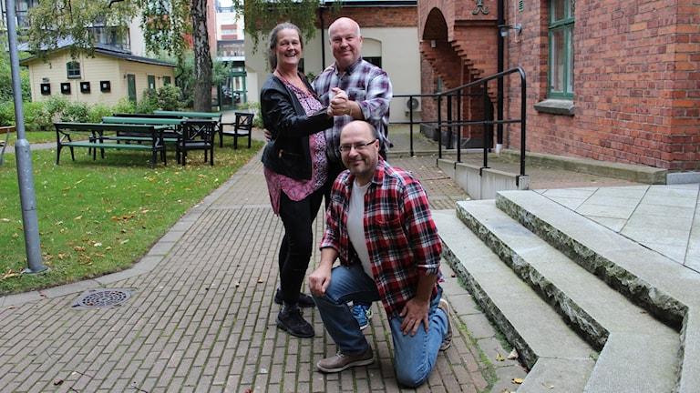Carina Edlund och Lars Kyrkeryd dansar och Thomas Carlsson står på knä framför dem.