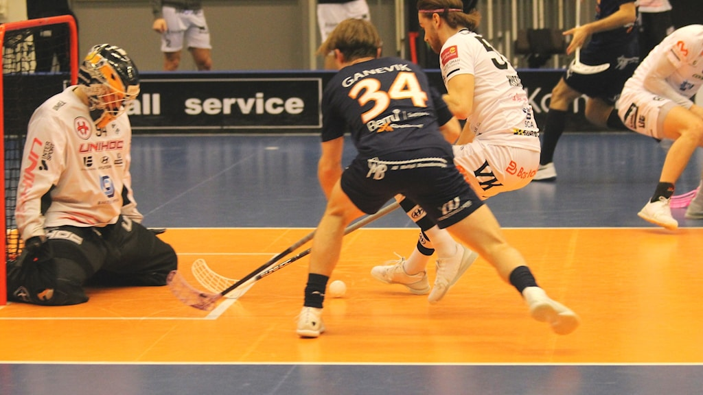 Här duellerar Kim Ganevik med en Dalenspelare strax utanför målet.