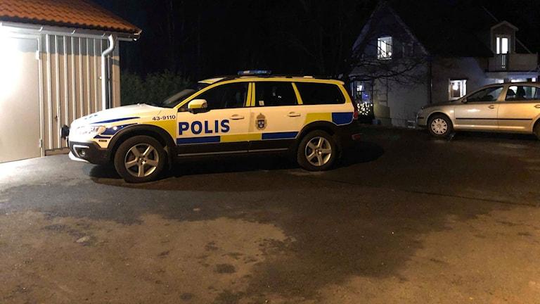 Polisbil vid garageuppfart