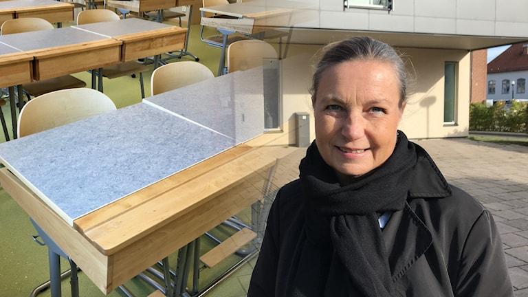 Ett kollage med Katarina Ståhlkrantz och skolbänkar.