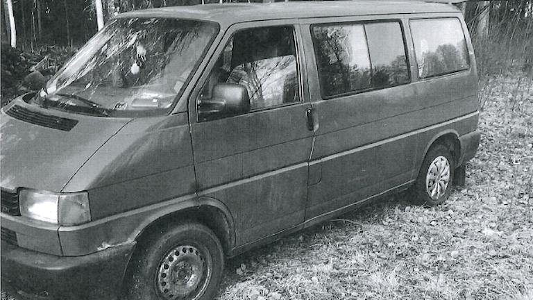Svartvit bild ur polisens förundersökning på den mörkgröna skåpbil som paret ska ha färdats i. Parkerad i skogsmiljö.