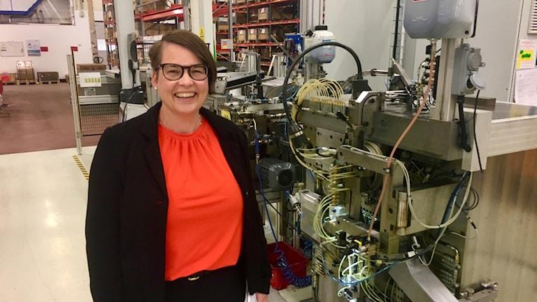 Boel Felixson, produktionschef på Norma Sweden AB, vid en maskin.