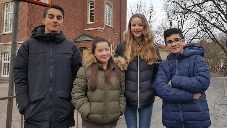 Thomas, Laura, Edith och Lucas står på skolgården.