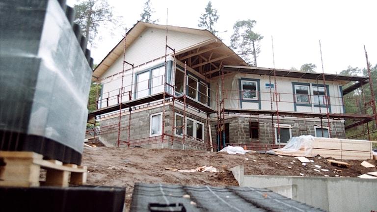 Ett småhus håller på att byggas upp.