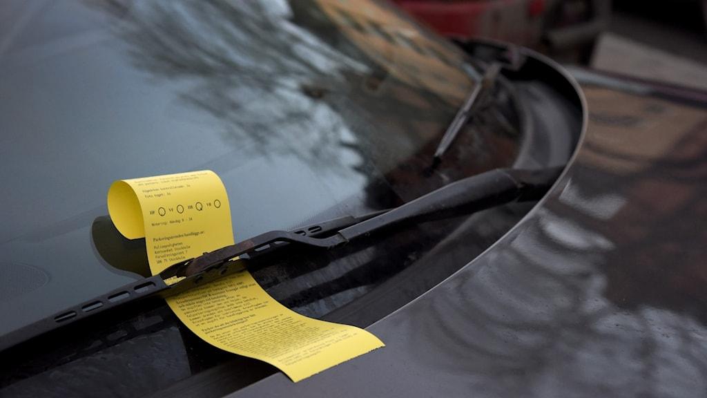 En parkeringsbot sitter fastklämd på en vindrutetorkare.