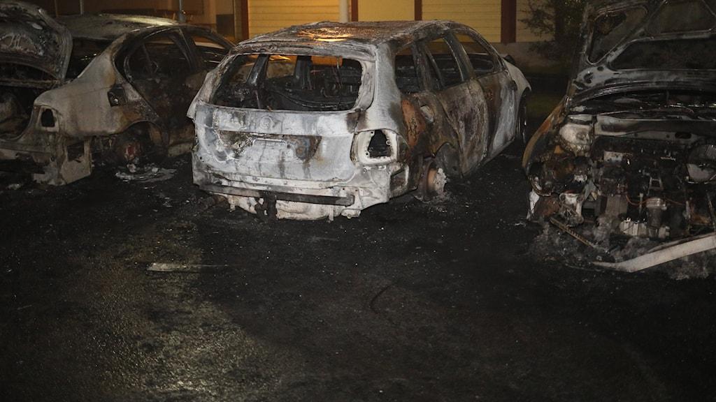 Utbrända bilar på en parkering i Gislaved.
