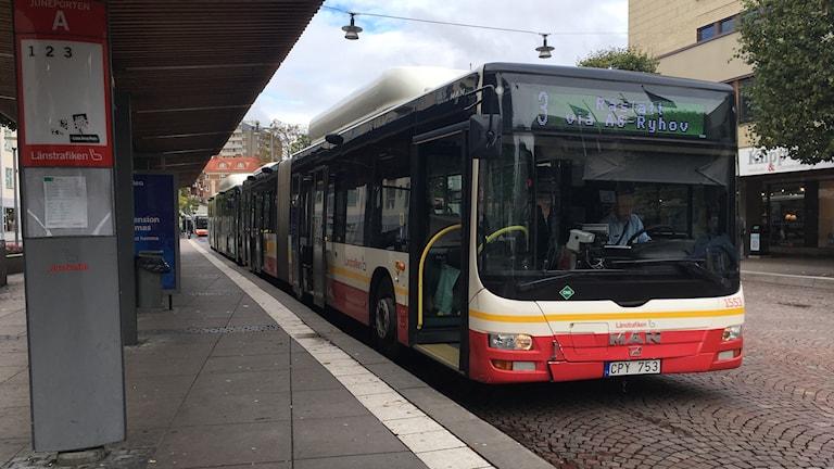En stadsbuss står vid en busshållplats.