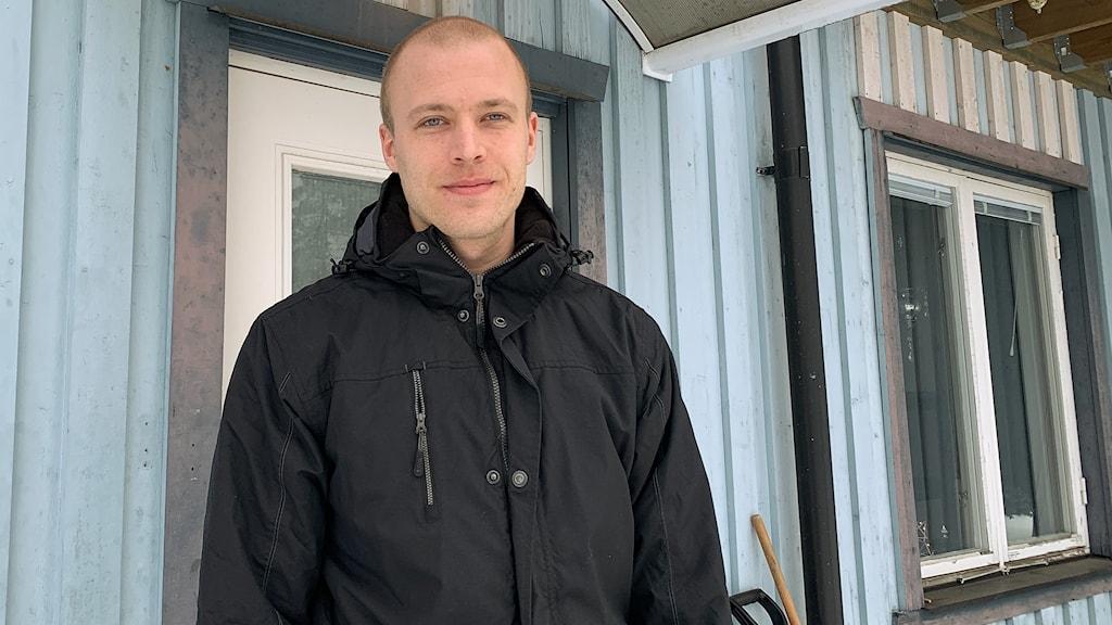 Jonas Larsson framför huset i Hestra.