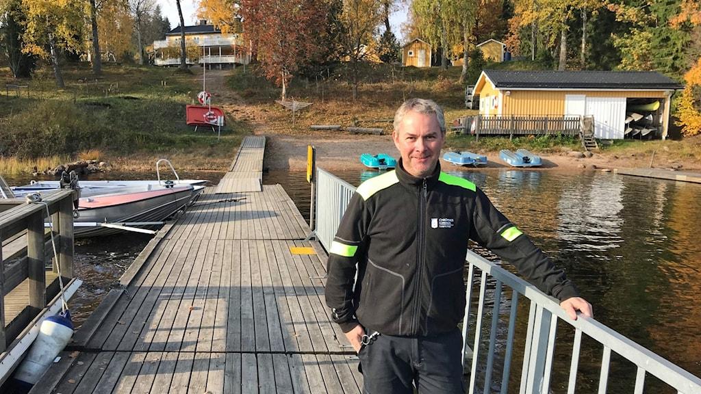 Föreståndaren Peter Gunnarsson framför Brittebo lägergård.
