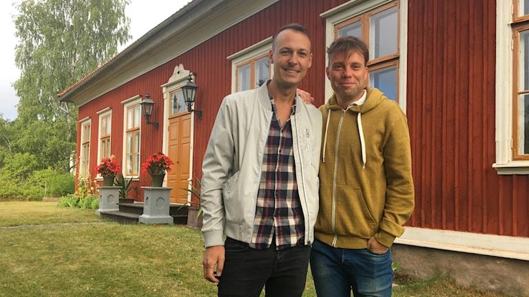 Oscar Målevik och Henrik Olsson står framför tingshuset.