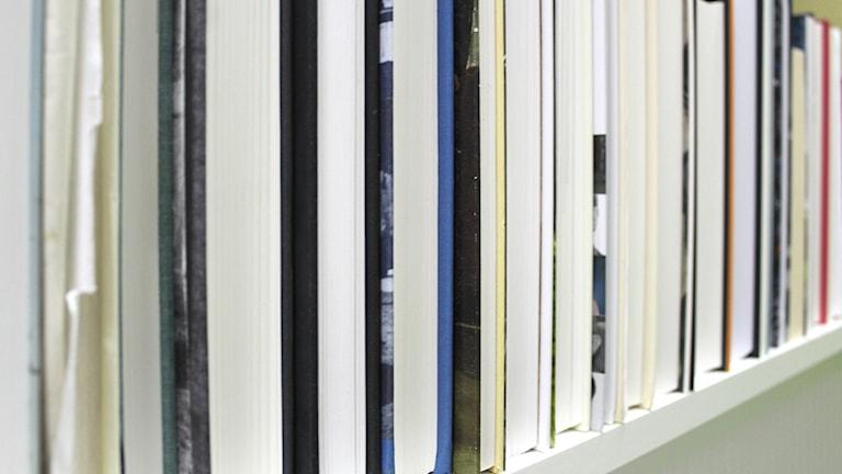 Böcker vända åt fel håll i en bokhylla