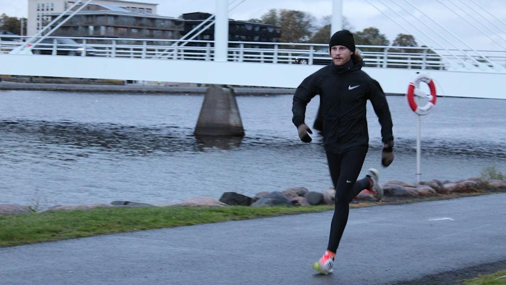 Arvid Öhrn springer i mål i Morgonloppet.