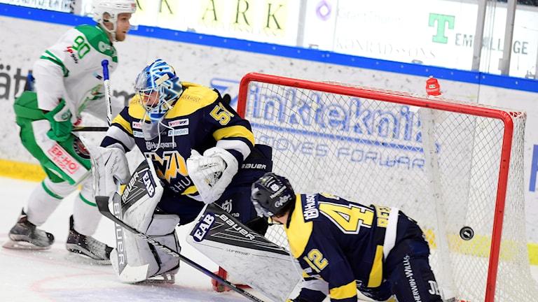 Rögles Ted Brithén (90) gör 1-3 målet under fredagens ishockeymatch i SHL mellan HV71 och Rögle BK i Kinnarps Arena.