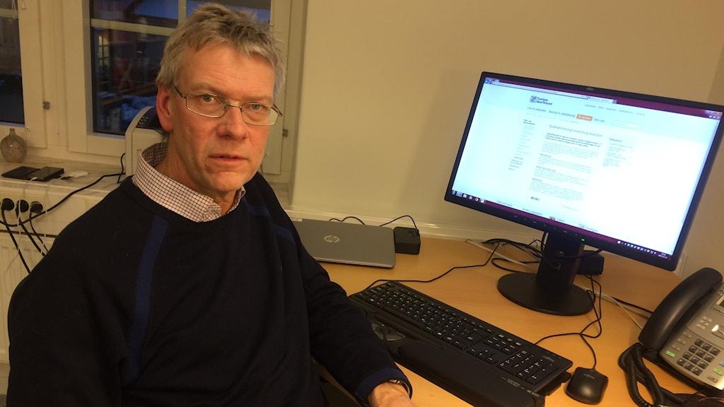 Bengt Hultberg sitter vid en dator på ett skrivbord.