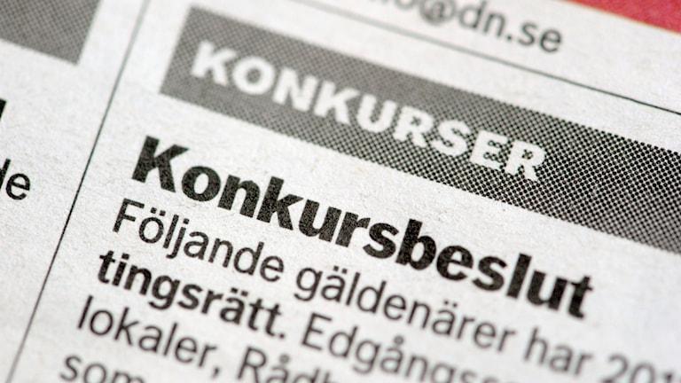 """Närbild på en tidningsannons med texten """"Konkursbeslut""""."""