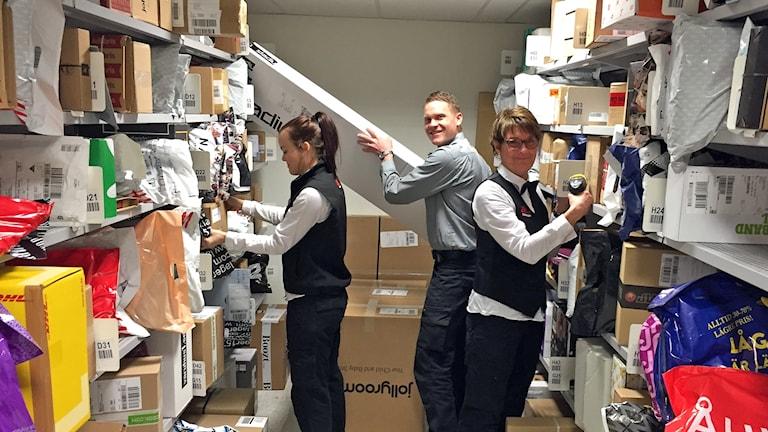 Butikschef Joakim i paketutlämningen.