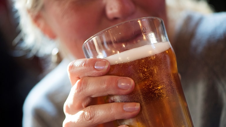 Person dricker öl.